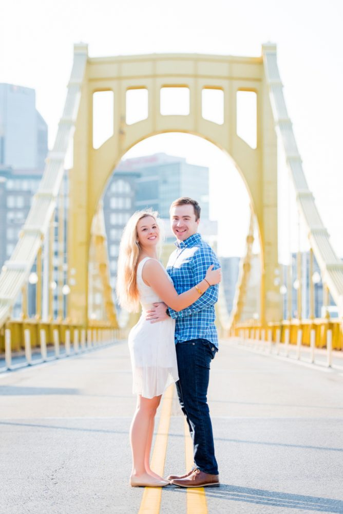 The BEST Pittsburgh Engagement Photo Ideas from 2018! For more engagement photo inspiration, visit burghbrides.com!